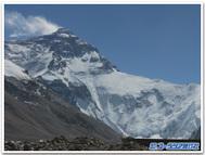 ベースキャンプから見上げたエベレスト