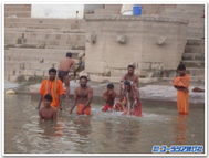 Perform_ablution_in_ganges