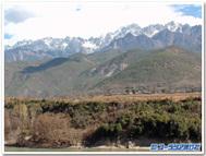 金沙江シャングリラ側から玉龍雪山を望む