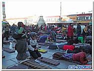 ジョカン寺で五体投地をする人々