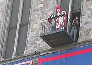 ベルギー、イーペルの猫祭りにて、猫投げのぬいぐるみと道化
