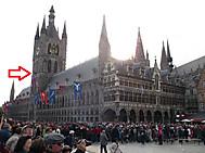 ベルギー、イーペルの猫祭りにて、矢印のところが猫投げポイント