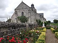 フランス、タヴァンのサンニコラ教会とバラ
