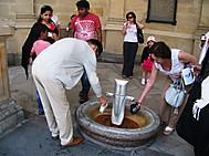 ユーラシア旅行社のチェコツアー、カルロビ・バリで温泉を飲む人々