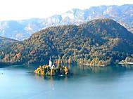 黄葉に染まるブレッド湖