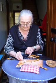 ボビン編みをする女性