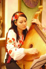 バンドゥーラを弾くウクライナ美人