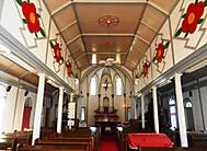 中ノ浦教会は五島の象徴・椿の装飾が印象的