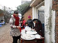 ユーラシア旅行社のベトナムツアー、ドンラム村の路上マーケットにて