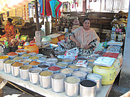 夏のインド、ダージリンの市場にて