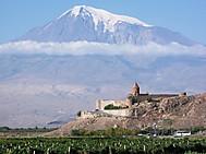 コーカサス三国ツアーで訪れる、アルメニアのホルビラップ修道院とアララト山
