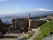 シチリア島、タオルミナよりエトナ山を望む