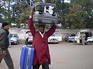 ユーラシア旅行社のインドツアーのポーターさん