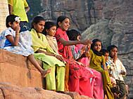 ユーラシア旅行社の南インドツアー、バーダーミの女性達