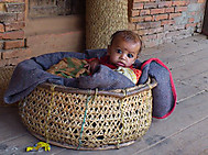 ユーラシア旅行社のネパールツアー、ダルバール広場で出会った赤ん坊