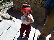 ユーラシア旅行社のネパールツアーアルファ村へのハイキング出会った子供