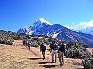 ヒマラヤの山々を望みながらハイキング