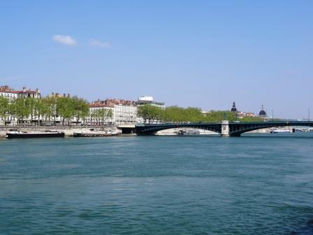 ユーラシア旅行社のリバークルーズツアー、船上から見るリヨンの街並み