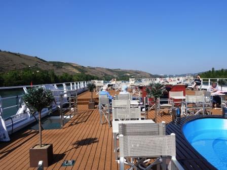 ユーラシア旅行社のリバークルーズツアー、デッキから両岸の景色を楽しむ