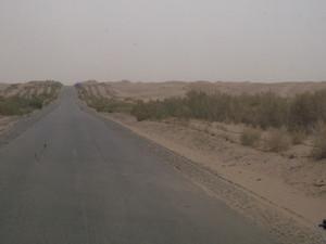 砂漠の中のタクラマカン公路