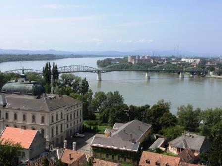 ハンガリーのエステルゴムからドナウベントを眺める