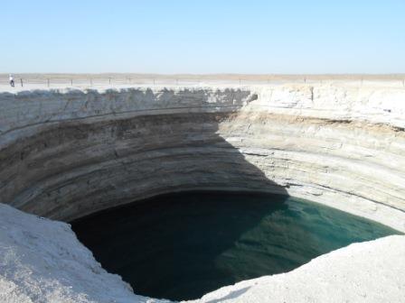 ユーラ社ア旅行社のトルクメニスタンツアー、水のクレーター