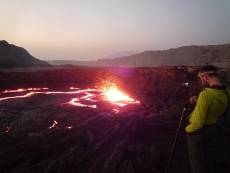 小爆発を繰り返すエルタ・アレ火山の溶岩湖