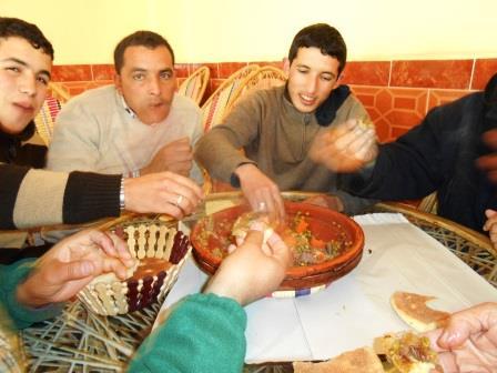 タジン鍋を囲む人々