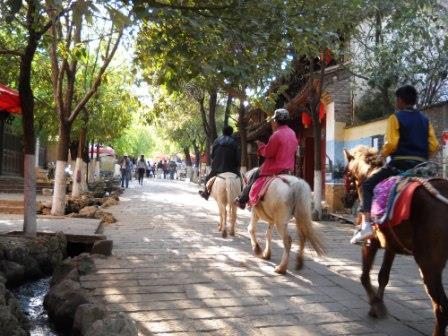 ユーラシア旅行社の中国ツアー、茶馬古道の宿場町・沙渓にて