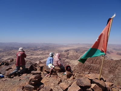 ユーラシア旅行社のヨルダンツアー、最高峰ウンム・アーダミ山頂にて
