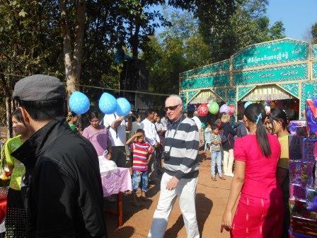 通りかかった観光客も参加するミャンマー人の結婚式