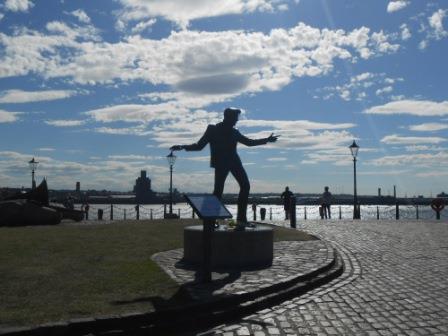 エルヴィス・プレスリーのポーズをするビリー・フューリーの銅像