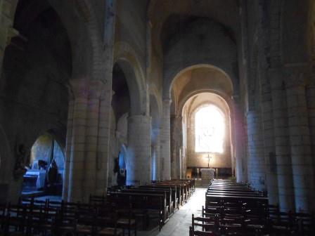 深い静寂に包まれた堂内(カレナックのサン・ピエール教会)