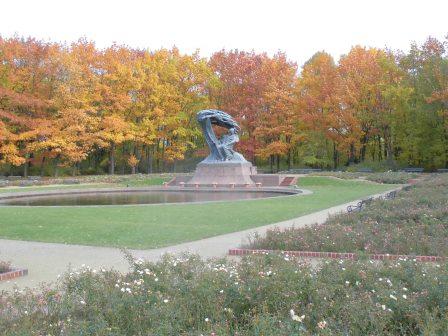 ワルシャワのワジェンキ公園にあるショパン像