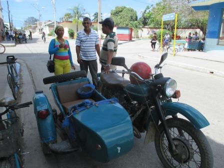 キューバではサイドカー付バイクもまだまだ走る