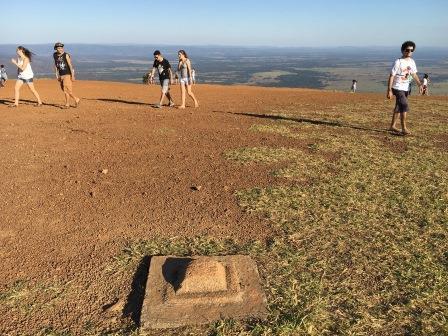 南米の中心点を示す石のプレート。素通りするブラジル人が多くて寂しい