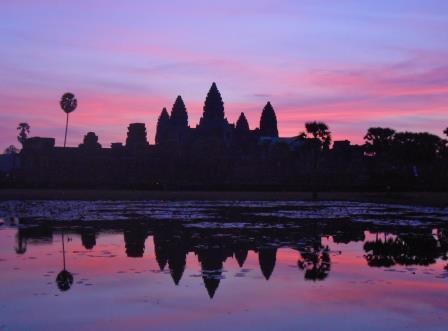 朝日を浴びるアンコールワット/カンボジア