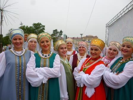 祭典で華やかな衣装を纏った地元の女性達