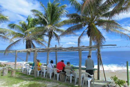 イスを海に向けて並べただけの絶景カフェ