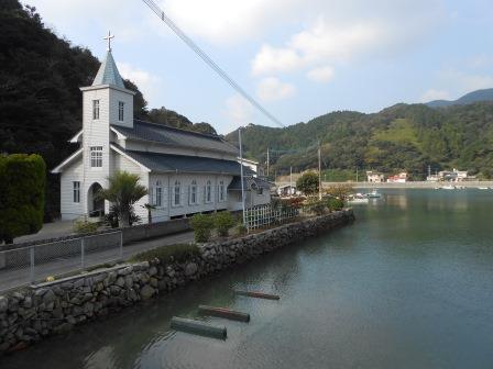 水辺に映る姿が白鳥のような中ノ浦教会