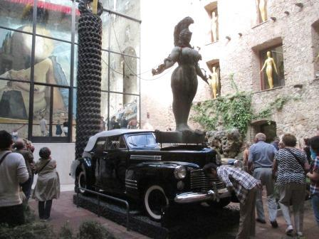 ダリ美術館、雨降りタクシー