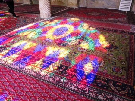 カラフルなモスクの絨毯