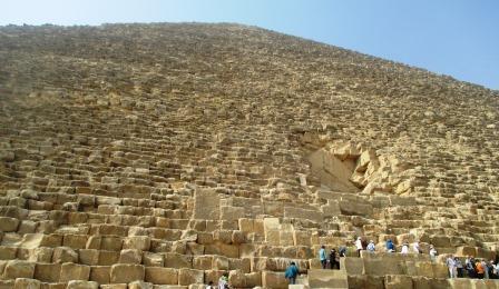 ピラミッドを構成する石灰岩