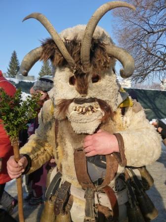 羊毛と木の仮面をつけた装束