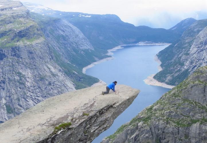 ノルウェー、トロルの舌からフィヨルドを望む