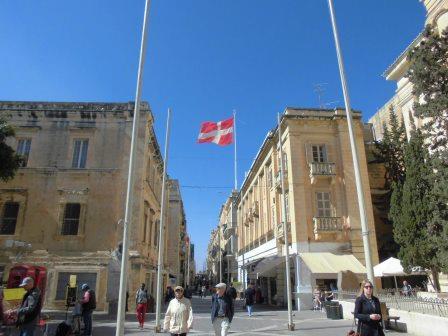 街に掲げられたマルタ騎士団の軍旗