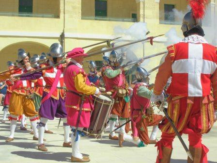 マルタ十字を背負った騎士団員