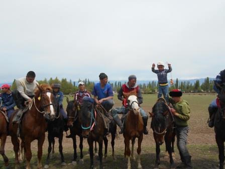 馬の上に立つ騎馬民族の子供