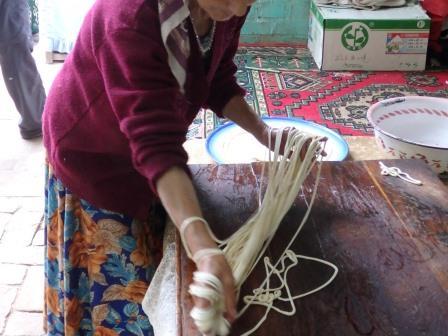 ウイグル民家でラグ麺作り