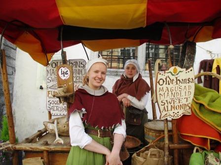中世の衣装をまとった街人